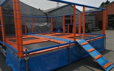 Mobiele trampoline klaar voor transport naar klant.